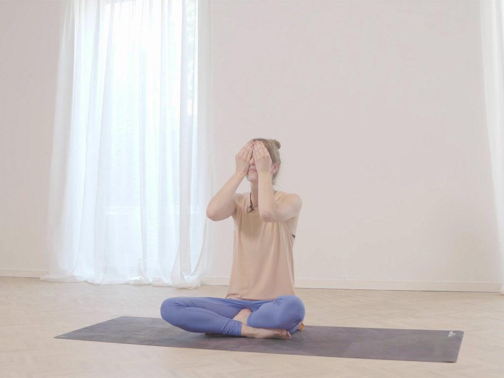 VIDEO Mentaal en fysiek gezond de lockdown door: zelfmassage om relaxed in slaap te vallen