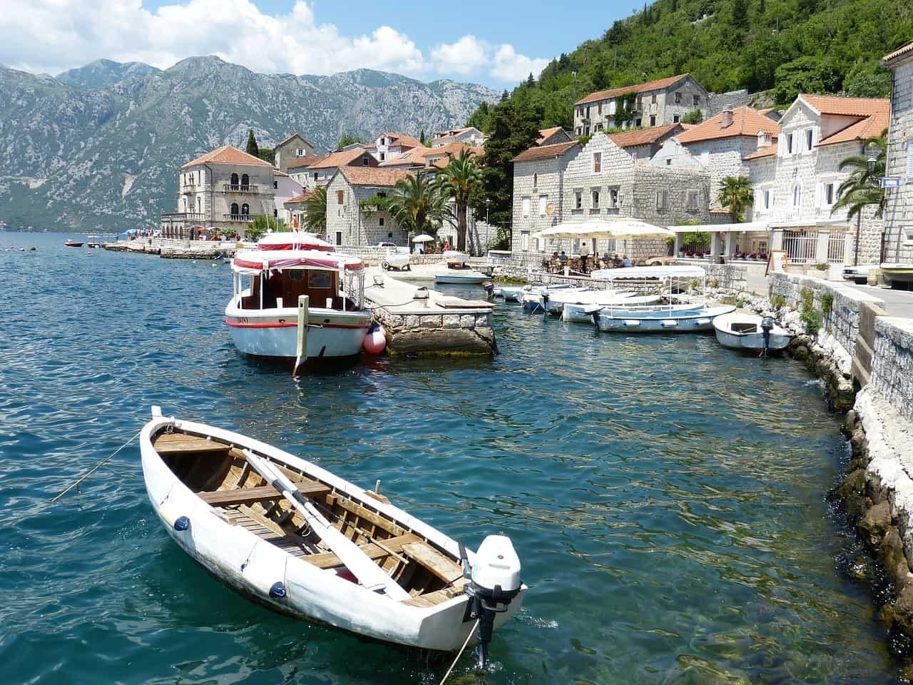 Bootjes liggen aangemeerd langs de kade van het pittoreske Kotor in Montenegro