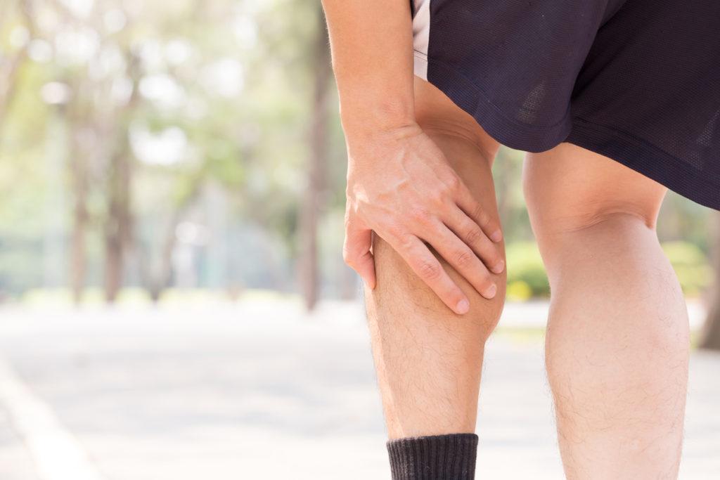 Kramp in de benen: Wat is de oorzaak en hoe te behandelen?