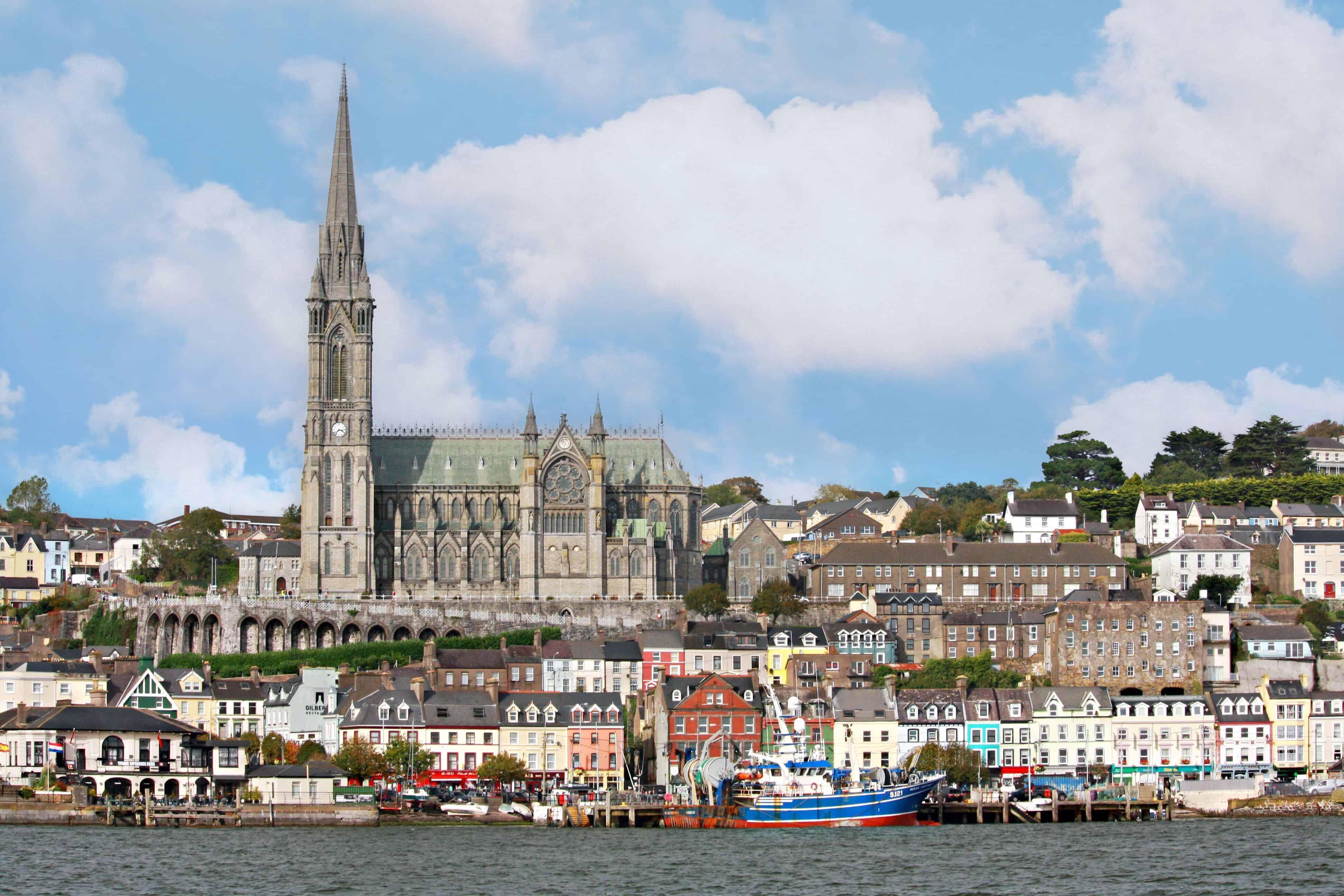 Kleurrijke gebouwen en een kerk aan het water in het Ierse dorpje Cobh.