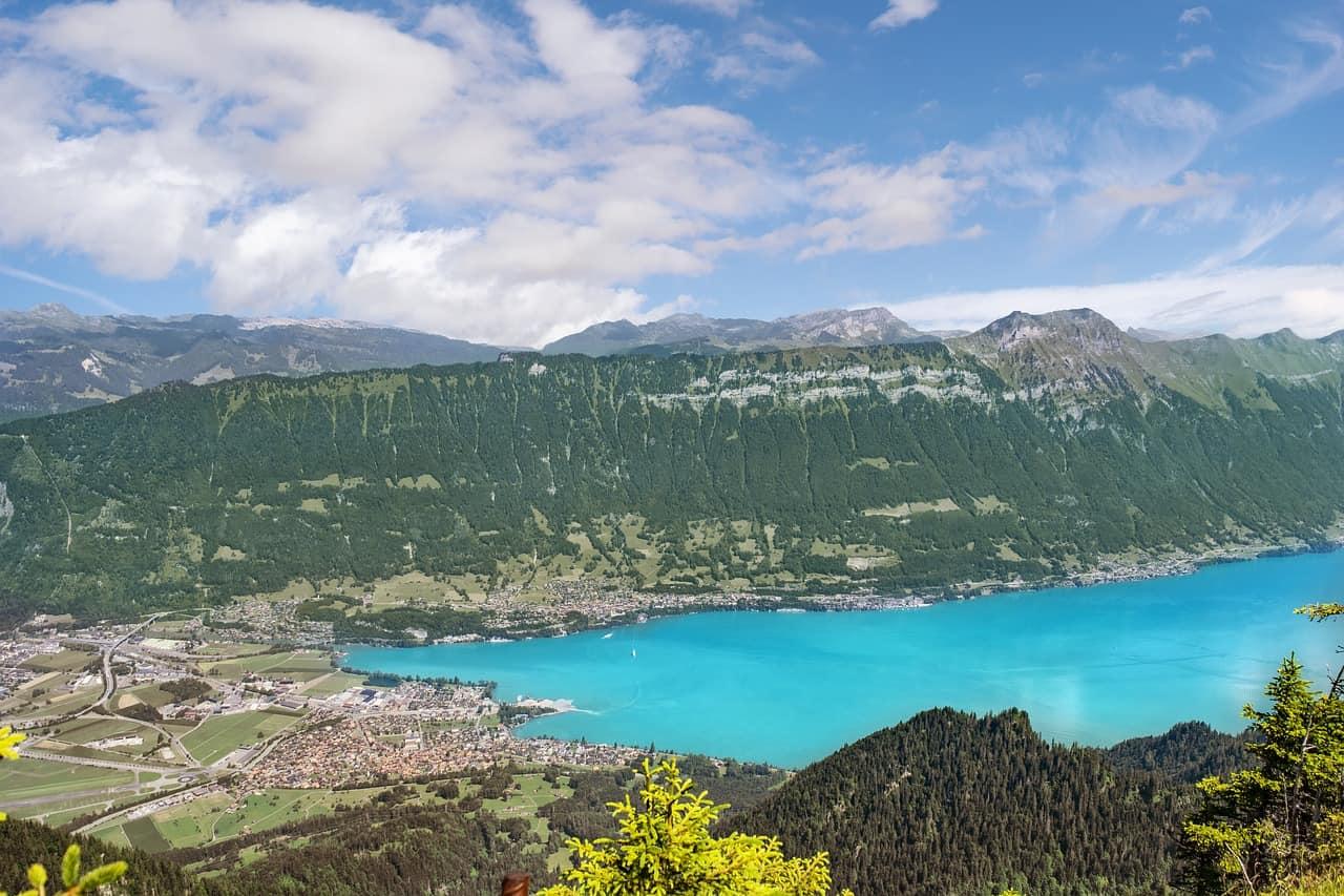 Het Zwitserse Interlaken vanop een bergtop bekeken.