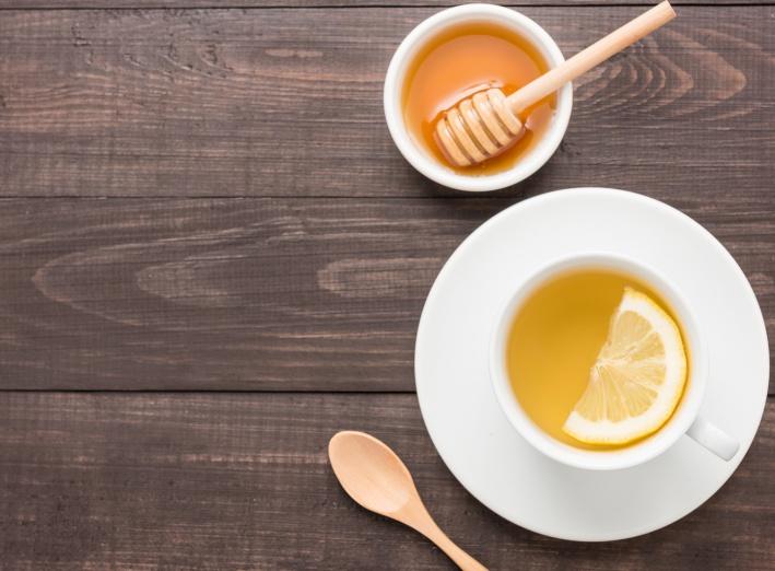 Le thé avec du miel : un édulcorant sain