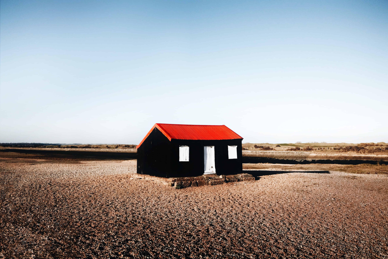 Een huisje staat op een strand in het Engelse Rye.