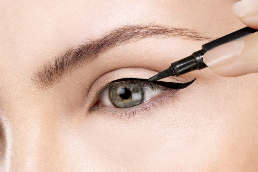 Met dit bizarre trucje mislukt je eyeliner nóóit meer