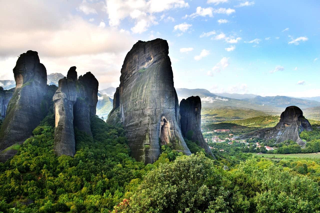 Het Griekse dorpje Kastraki is gelegen tussen indrukwekkende rotsformaties.