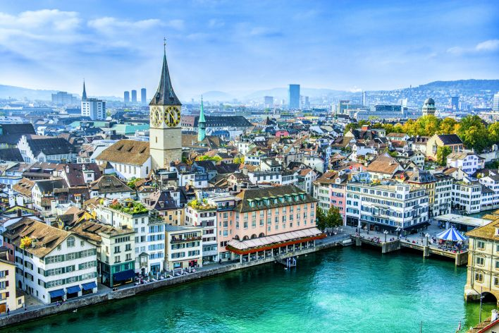 Een luchtbeeld van een stad in Zwitserland, een land met een sterke democratie.