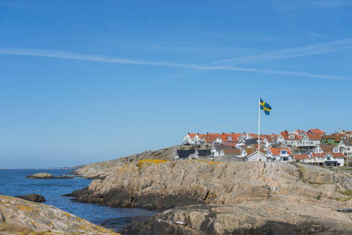 Een Zweedse vlag en een dorpje: Scandinavische landen hebben een sterke democratie.