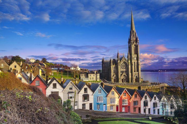 Ierse gekleurde huisjes. Ierland heeft een sterke democratie.