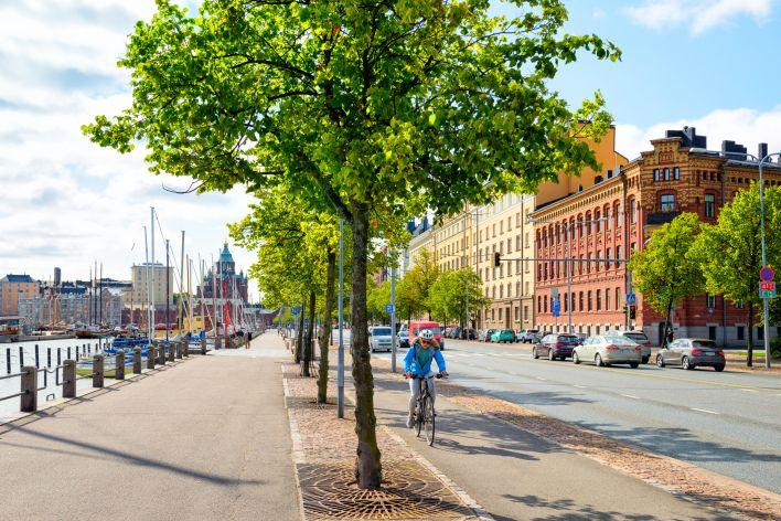 Een fietser rijdt door een straat in Australië.