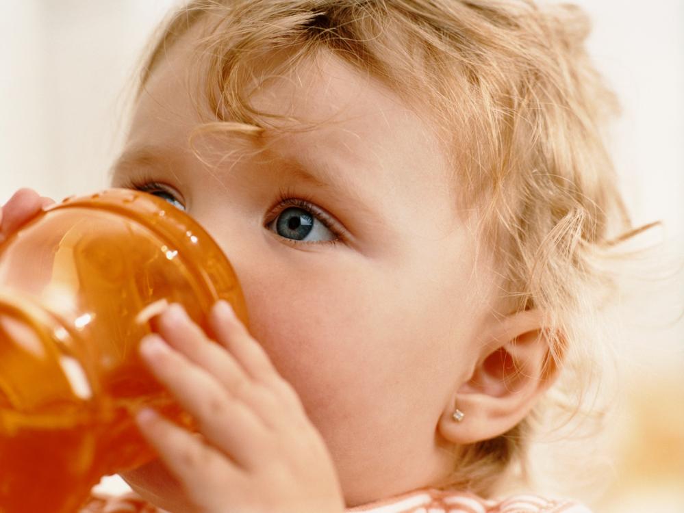 Votre enfant de 12 mois boit-il suffisamment ?