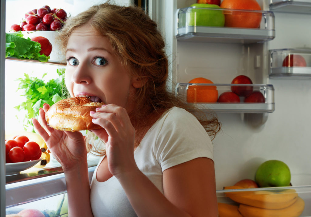 Is het ongezond om 's avonds laat te eten?