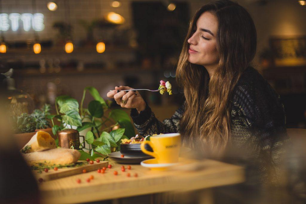 Eten wat en wanneer je wilt zonder bij te komen? De expert legt uit wat intuïtief eten is en vooral: voor wie het kan werken