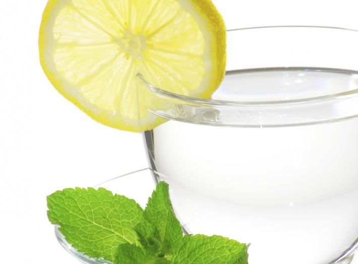 Pourquoi vous devriez boire de l'eau citronnée tous les matins