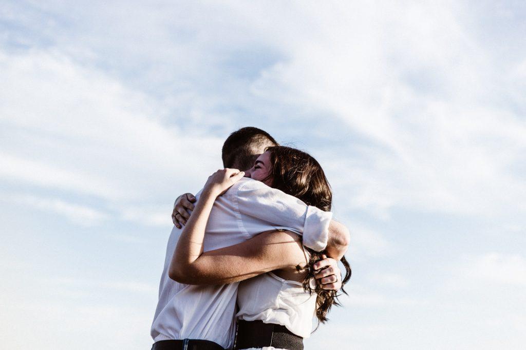 Nieuw onderzoek: fysiek contact is essentieel voor ons geluk én onze gezondheid