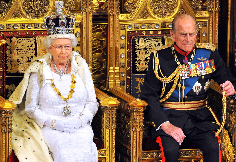 Queen Elizabeth en Philip zitten naast elkaar op hun tronen.