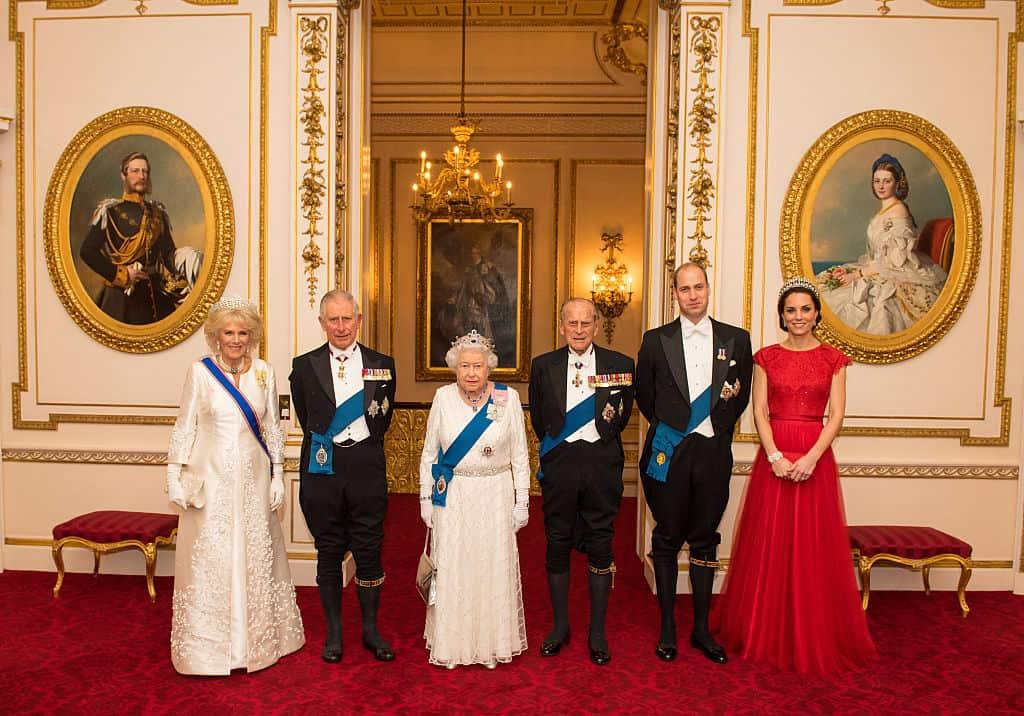 Camilla en prins Charles staan naast Queen Elizabeth II en Philip, en prins William en Kate Middleton.