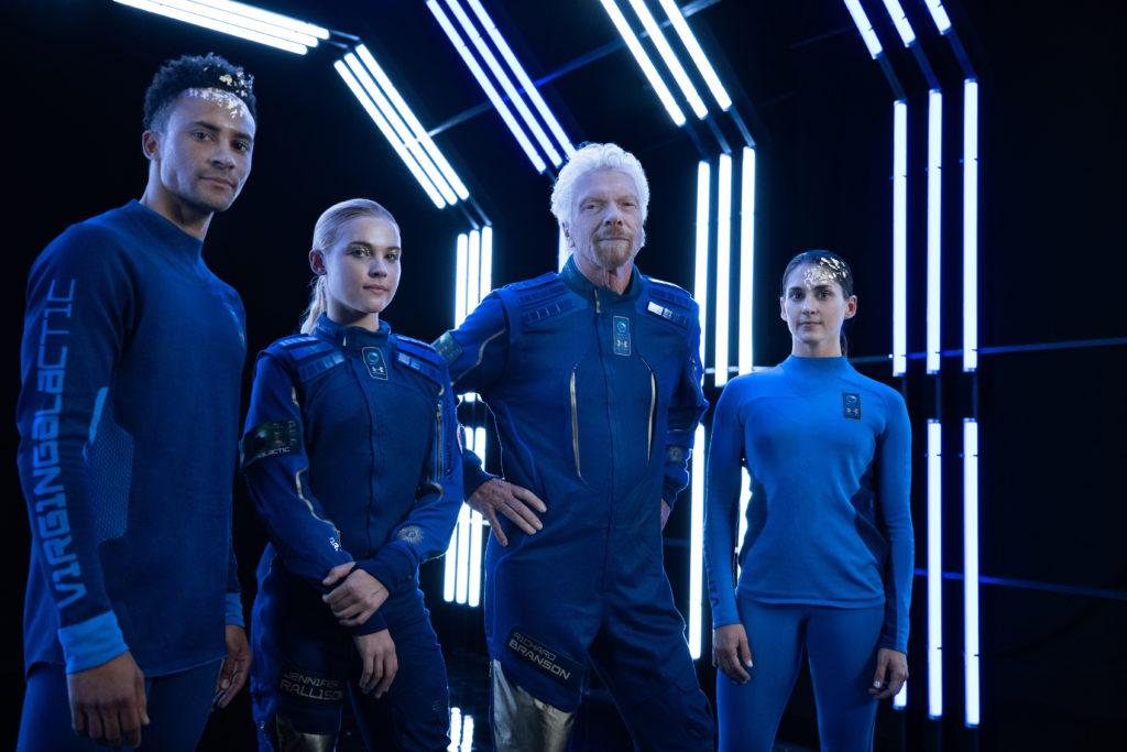 Sir Richard Branson présente la gamme de vêtements spatiaux conçus par Virgin Galactic et Under Armour pour les astronautes privés, en compagnie de modèles