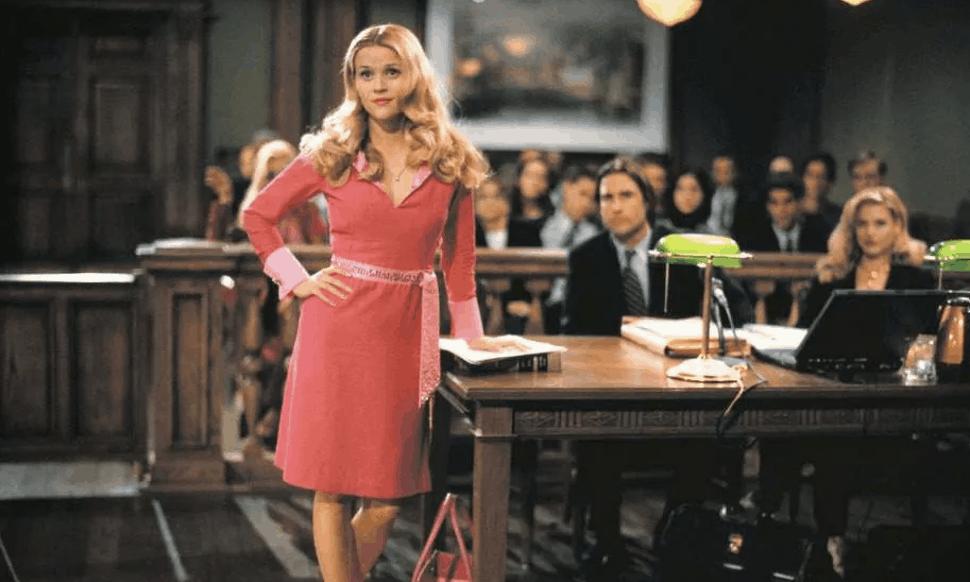 Reese Witherspoon in de rechtbank in de film Legally Blond'. Mooie mensen worden minder snel schuldig bevonden.