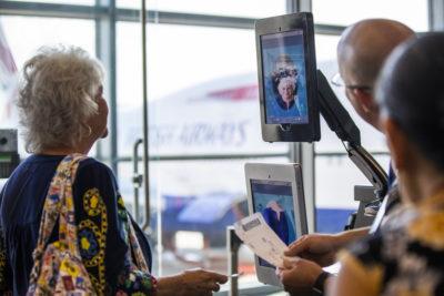 Un système de reconnaissance faciale dans un aéroport valide l'embarquement d'une passagère d'un avion