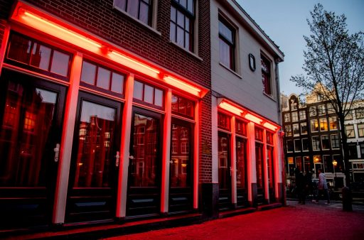 Sekswerkers in Nederland en België noemen coronasluiting discriminerend: 'Als massagesalons weer mogen werken, dan wij toch ook?'