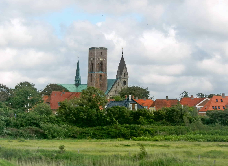 Een panoramisch beeld van de kerk van de Deense gemeente Ribe.