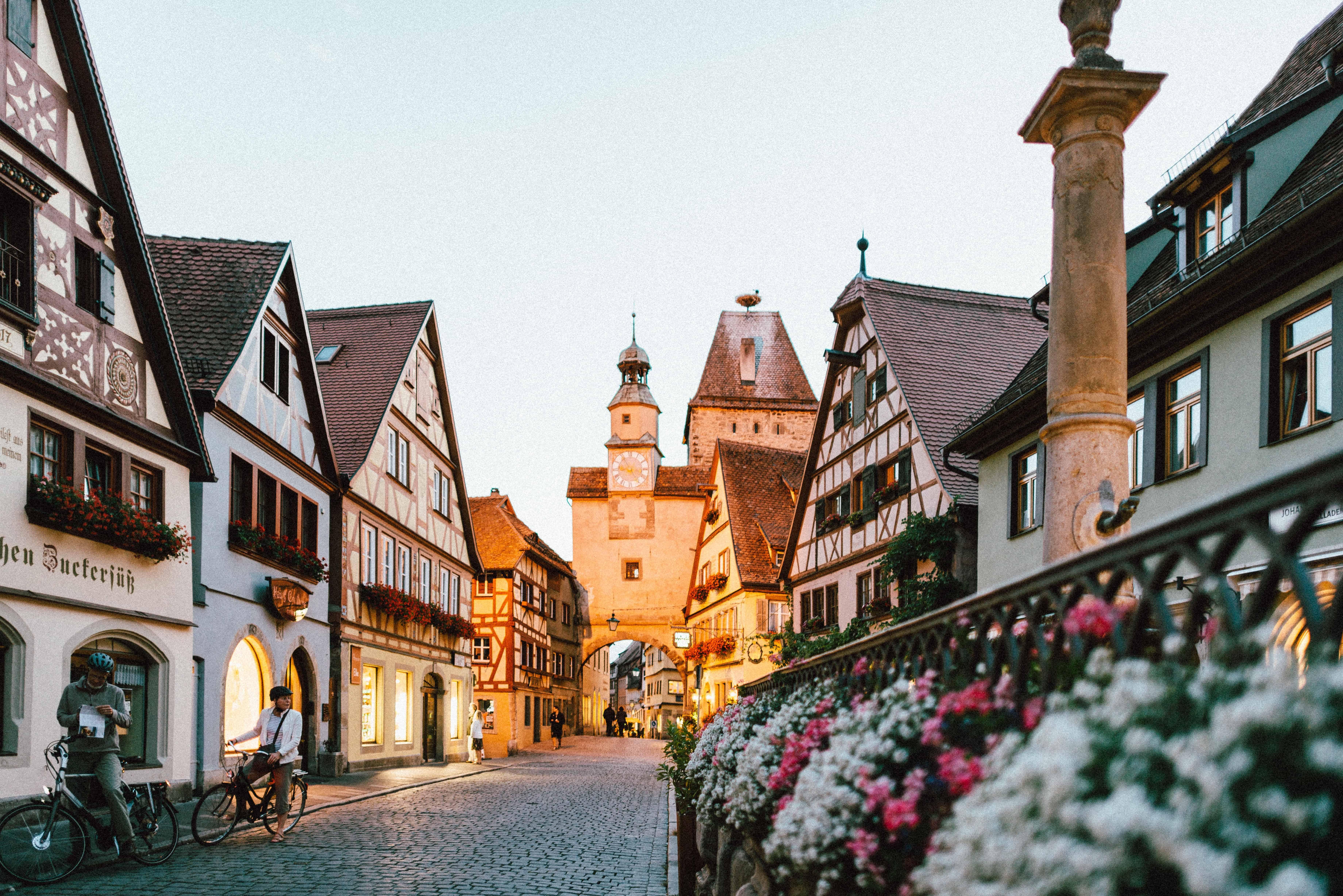 Fietser in een straatje van het Duitse dorpje Rothenburg ob der Taube.