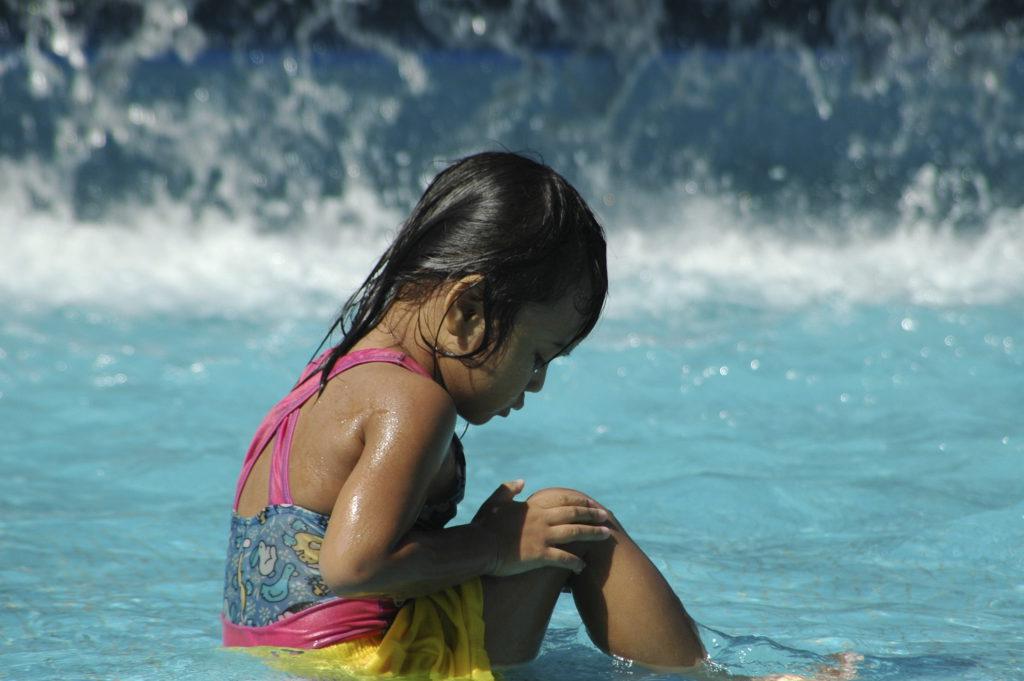 Schaaf- en snijwonden verzorgen alvorens te gaan zwemmen