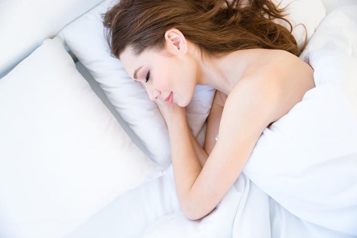Een schoonheidsslaapje werkt echt: zo word je mooier tijdens je slaap
