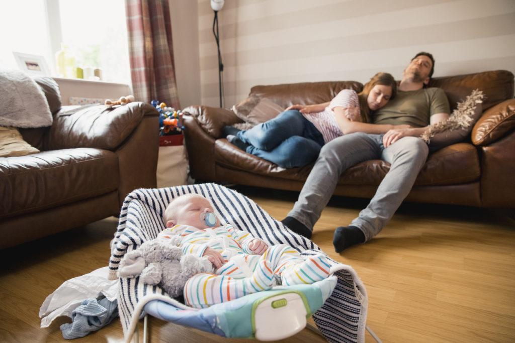 Slapeloze nachten en drukke dagen: zo ga je als kersverse ouder het beste om met je slaaptekort