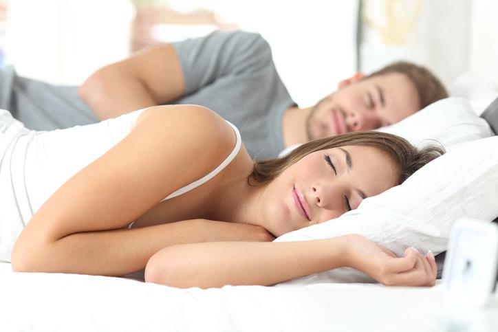 Slapen aan de rechterkant van het bed maakt je chagrijnig