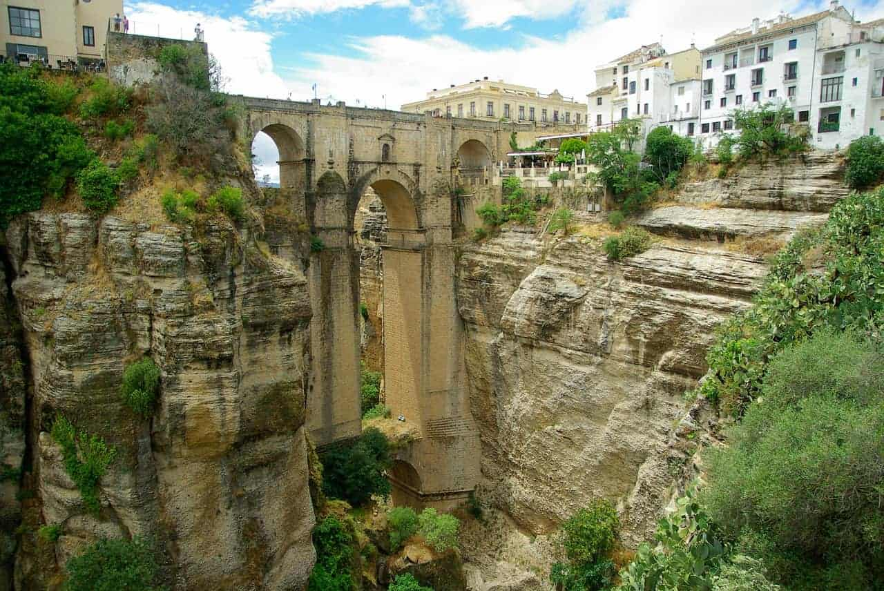 Een beeld van een oude brug in het Spaanse stadje Ronda.