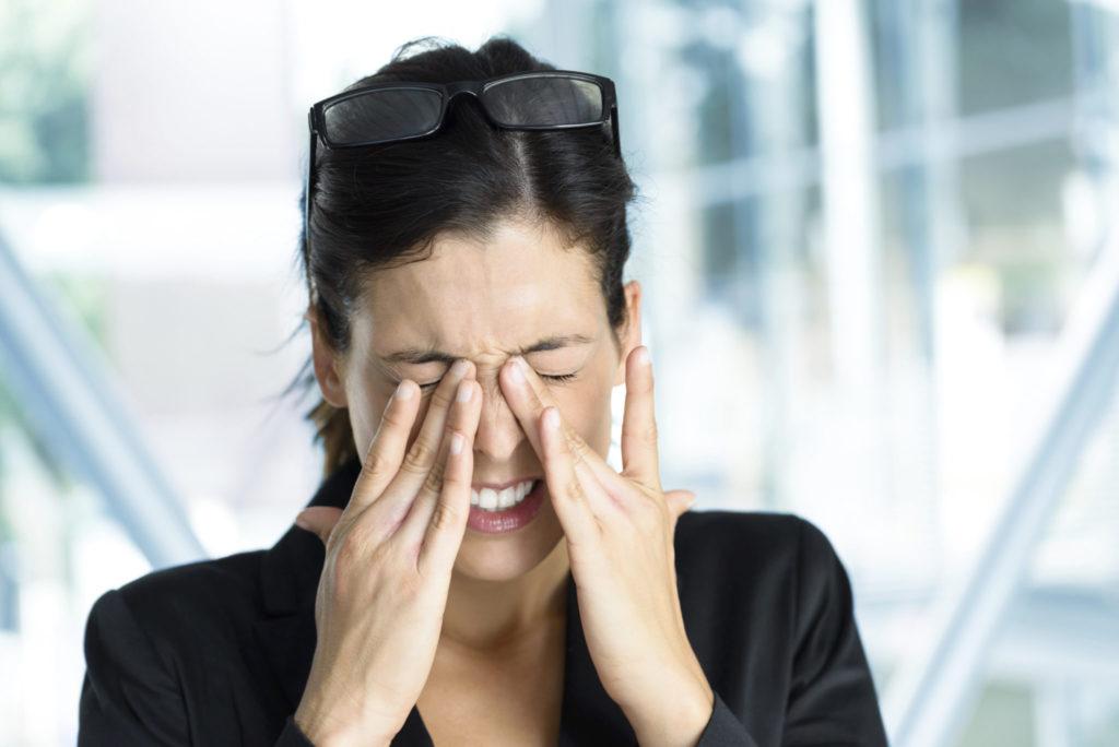 De symptomen van een oogontsteking