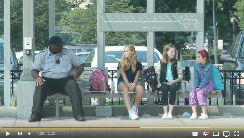 Video: tieners pesten meisje, dan gebeurt er dit