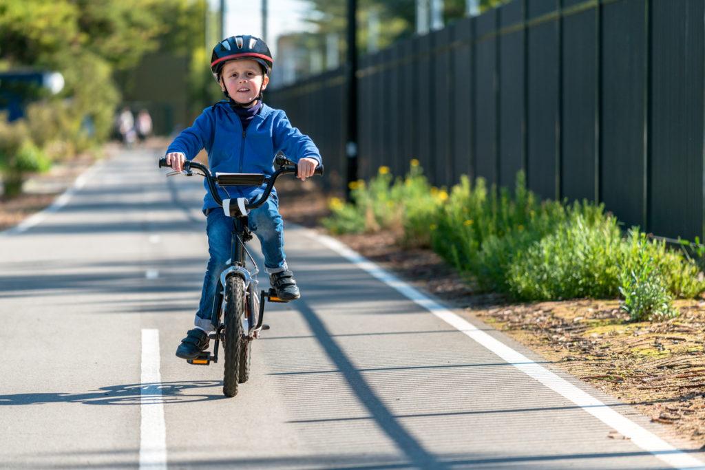 (Voor het eerst) met de fiets naar school? Zo verloopt het veilig! + WIN