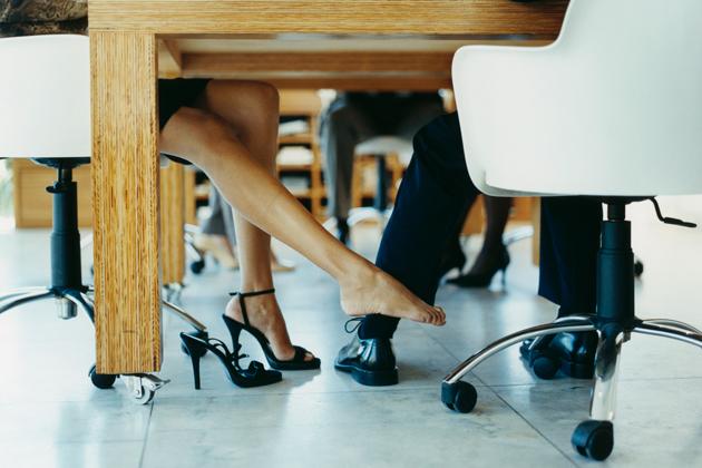 De voordelen van een collega te daten
