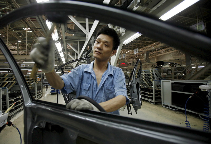 Un employé dans une usine Volkswagen en Chine