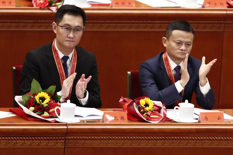 Le président-directeur général de Tencent, Pony Ma (également connu sous le nom de Ma Huateng, à gauche), et le président exécutif d'Alibaba, Jack Ma (à droite), applaudissent lors d'une réunion organisée pour célébrer le 40e anniversaire de la réforme et de l'ouverture de la Chine.