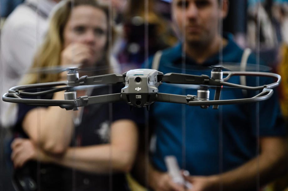 La firme chinoise DJI effectue une démonstration de drone à un salon