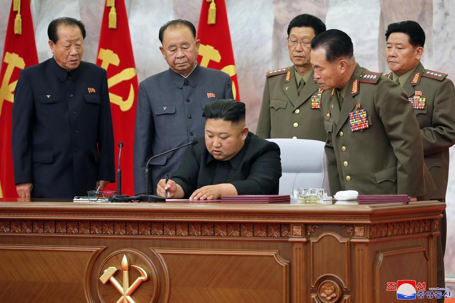 Une photo publiée par l'Agence centrale de presse officielle de la Corée du Nord (KCNA) le 24 mai montre le dirigeant nord-coréen Kim Jong Un lors d'une réunion de chefs militaires à Pyongyang, en Corée du Nord. (EPA-EFE/KCNA)