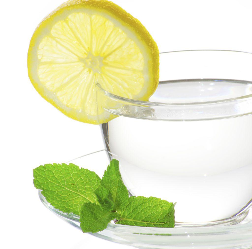 Waarom je elke ochtend lauw water met citroen zou moeten drinken