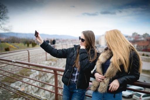 Waarom een vriendschap tussen een blondine en een brunette zo fantastisch is