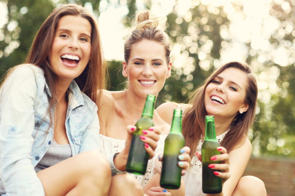 Waarom vrouwen die bier drinken écht wel sexy en vrouwelijk zijn