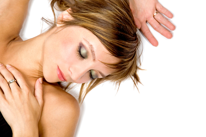 Wat gebeurt er met je huid als je slaapt met make-up?
