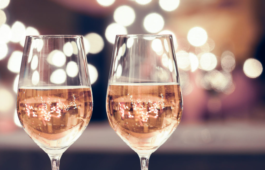 Wat je niet mag doen als je net een glas wijn gedronken hebt